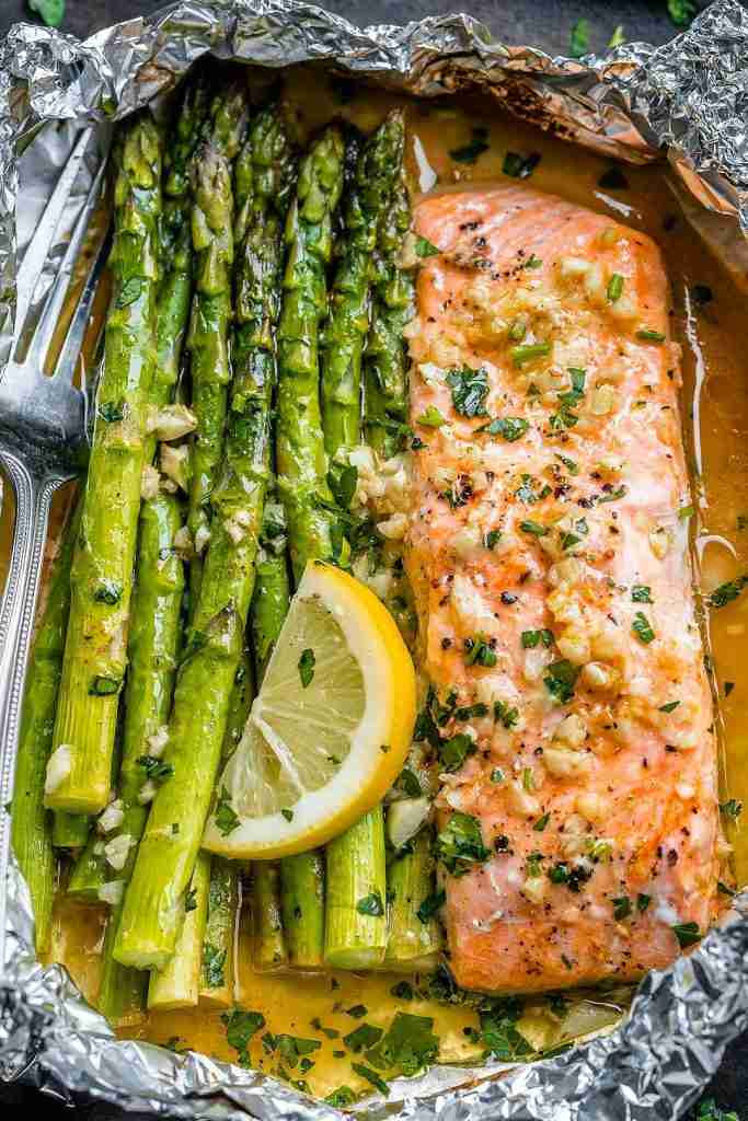 Baked Salmon in Foil Packs with Asparagus and Garlic Butter Sauce – Best Salmon Recipe